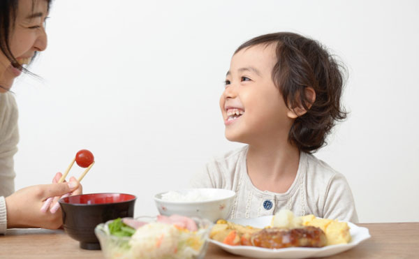 食事をする笑顔の子供