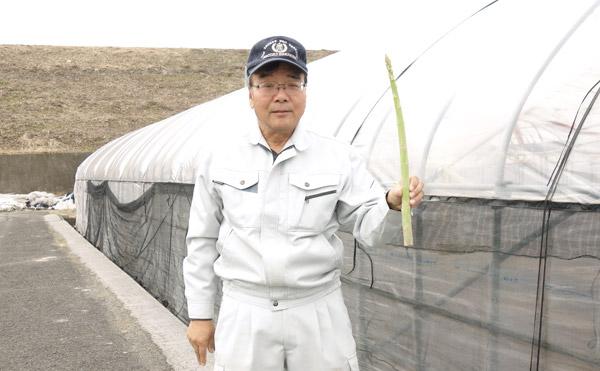 ロングアスパラ「さぬきのめざめ」を持った笑顔の農事組合法人諏訪メンバー