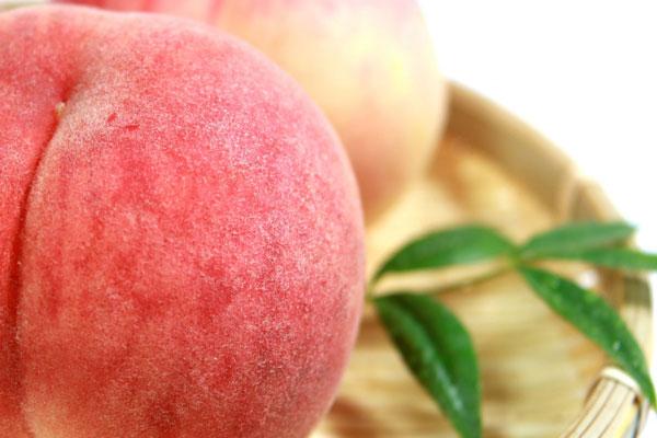 皮ごと食べる桃のアップ写真