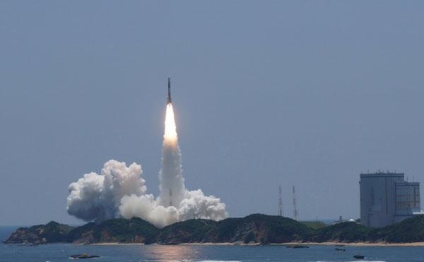 種子島で宇宙ロケットを打ち上げている写真